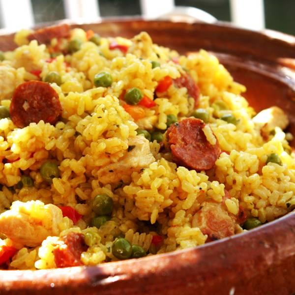 Paella aux crevettes, poulet et chorizo
